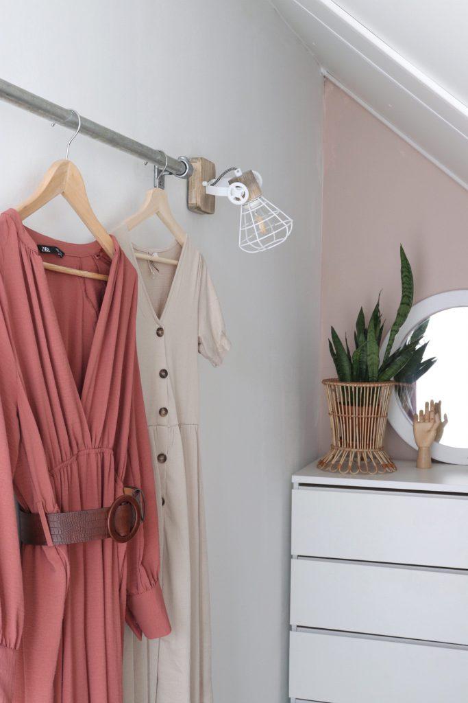diy kledingrek van steigerbuis in inloopkast