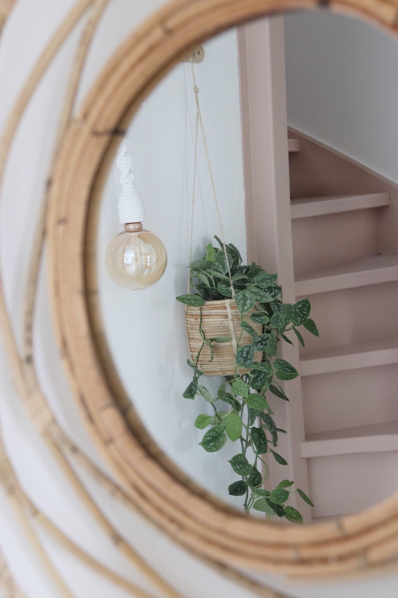 een kijkje door de spiegel naar de roze trap
