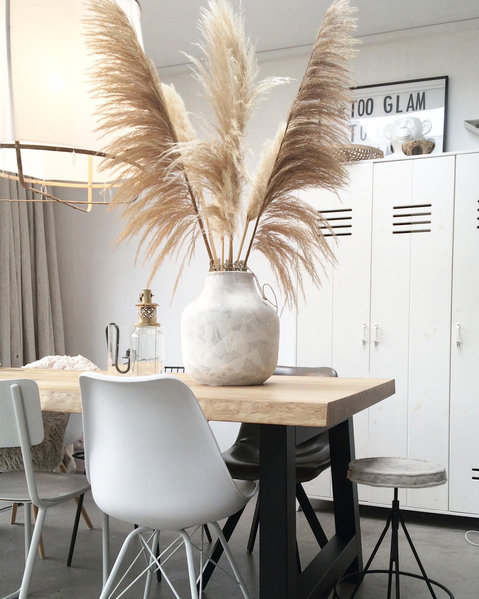 Mooie grote pluimen op de eettafel in het interieur van Arja