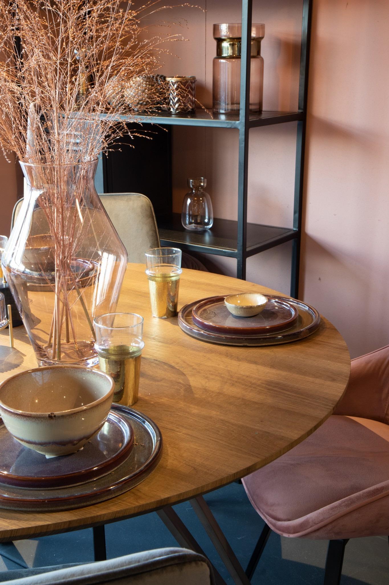 gedekte tafel in roze en goud tinten